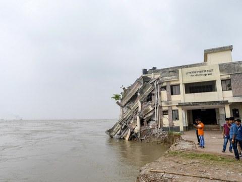 পদ্মা নদীর ভাঙনের মুখে একটি চিকিৎসা কেন্দ্র। সেপ্টেম্বর ২০১৮।