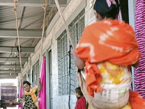 ভাসানচর আশ্রয় কেন্দ্রের বারান্দায় দোলনায় খেলছে দুই রোহিঙ্গা শিশু। ৩০ ডিসেম্বর ২০২০।