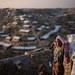 কক্সবাজার জেলার থ্যাংখালি শরণার্থীশিবিরে নিজের কক্ষের বাইরে দাঁড়িয়ে আছেন একজন রোহিঙ্গা মুসলিম শরণার্থী, নভেম্বর ১৫, ২০১৭ (এএফপি)