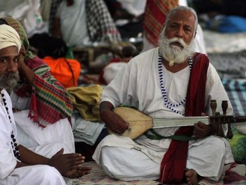 কুষ্টিয়ার ছেউড়িয়ায় লালন শাহ'র আখড়ায় সাধুসঙ্গে গান গাইছেন একজন বাউল। ২৪ মার্চ ২০১৬।